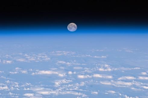 La Luno sur la Tero